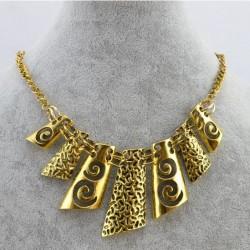Statement halskæde i guld med mindre vehæng