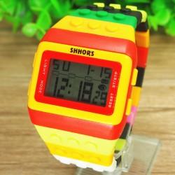 Multi farvet ur med digital display og rød og gul ramme